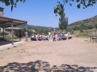 Asamblea en el exterior del campamento