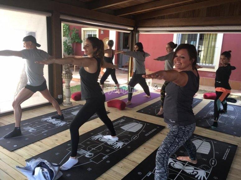 Realizando una clase de yoga