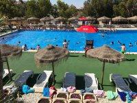 Zona de sombrillas junto a la piscina