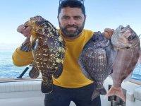 Mostrando a camara los peces capturados
