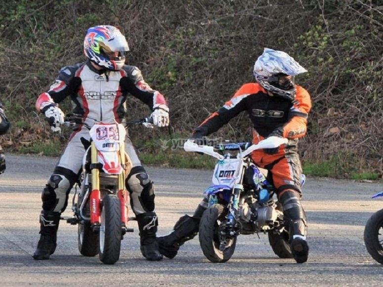 驾驶微型越野摩托车