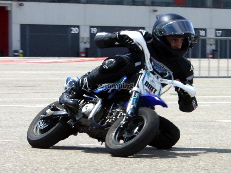 躺在微型越野摩托车