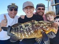 Familia orgullosa de su pez pescado