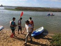 皮划艇在河中