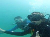 Junto al profesor de buceo durante la inmersión