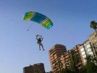 Paracadute che scende sulla città