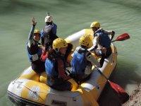 格拉纳达Puenting标志救生筏上在格拉纳达河岸