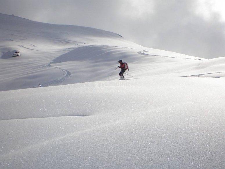 esquiando.