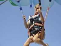 滑翔伞在Puerto Los Cristianos特内里费岛南部