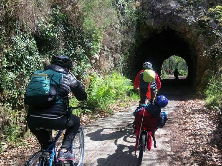 Atravesando el tunel en bicicleta