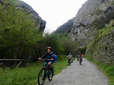 Discesa in bici Senda del Oso nei bambini delle Asturie