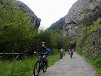 下坡骑自行车Senda del Oso在阿斯图里亚斯的孩子们