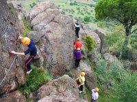 Pasando la roca agarrado a los cables