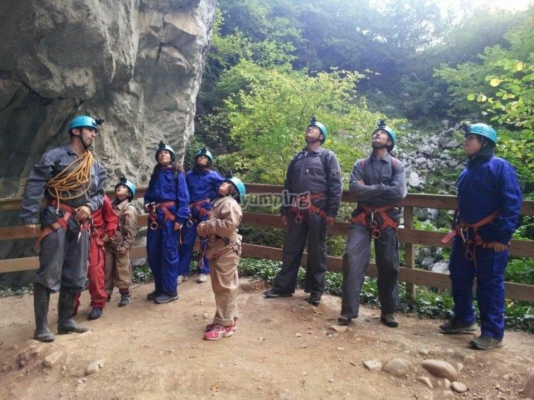 En el exterior de la cueva