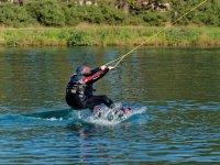 Con el equipo de wakeboard en el agua