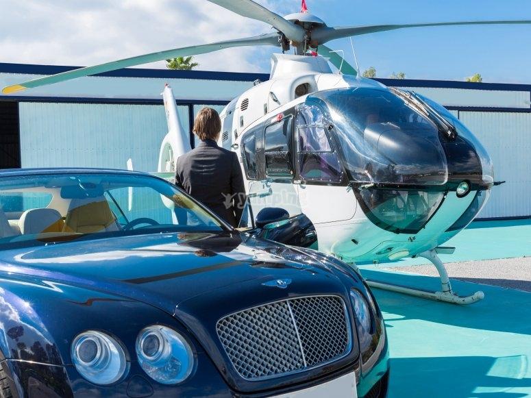 Helicóptero y coche de lujo
