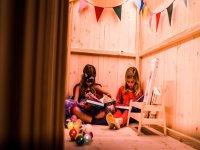 Heroines in the reading corner