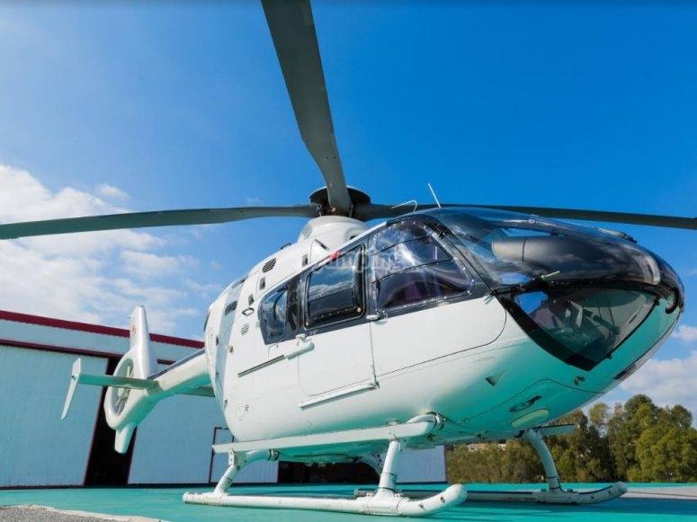 Helicoptero en helipuerto en Marbella.JPG