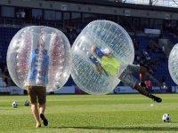 chicos en unas pelotas jugando al futbol