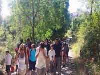 Un grupo grande practicando senderismo