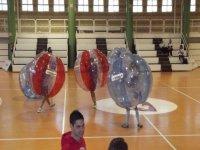 jugando al bubble futbol en un pabellon cerrado