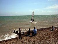 从岸上孩子控制冲浪
