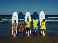 Participantes del curso de surf