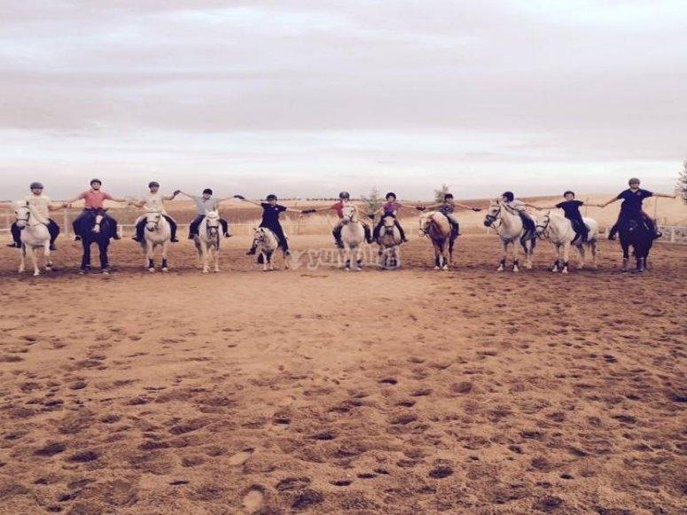 在Hinojosa del Duque享用午餐的马背上的路线