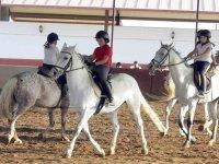 Montando a caballo en la hipica