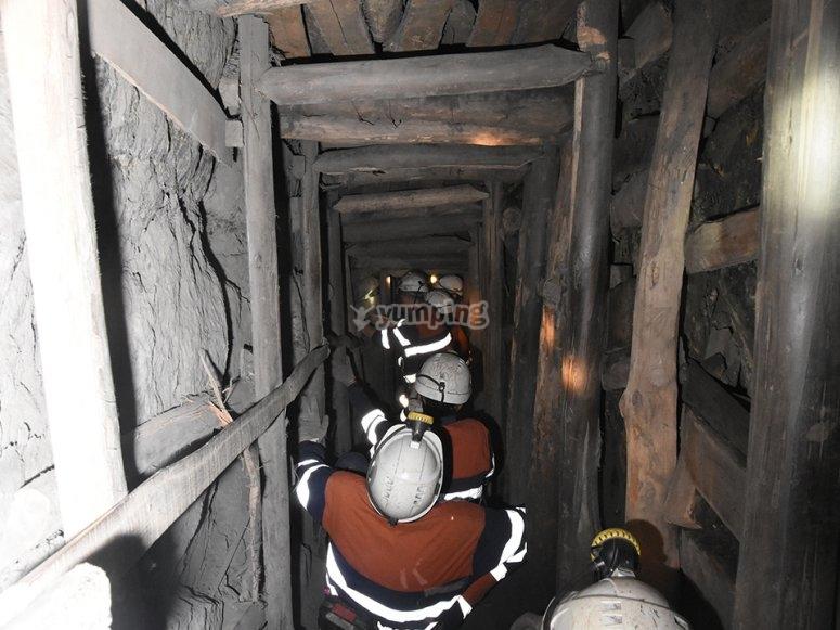 Bajando por la chimenea de la mina