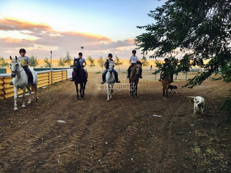 在Valle de los Pedroches骑马