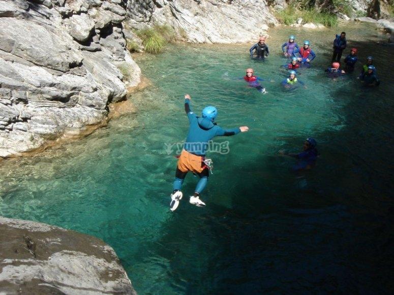 Saltando desde el barranco