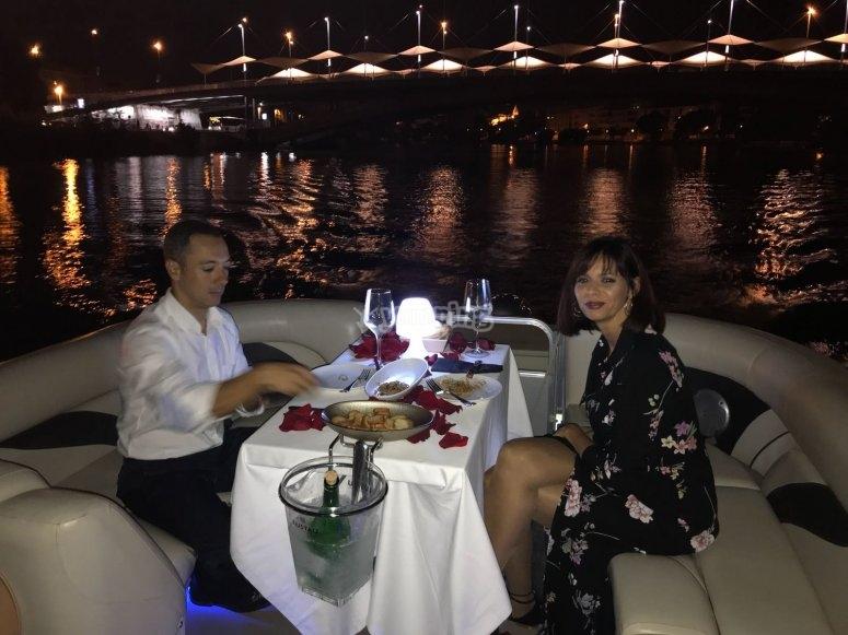 Cena romántico en barco.