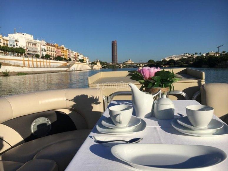 Paseo en barco por Sevilla con desayuno