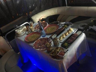 Paseo en barco con comida o cena en Sevilla 2h
