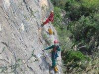 subiendo por la pared de la montana