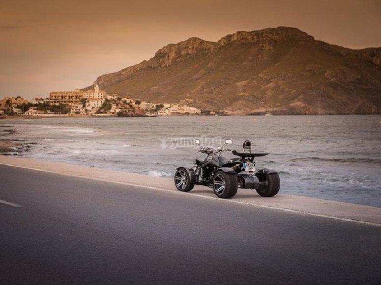 Spyder quad junto al agua
