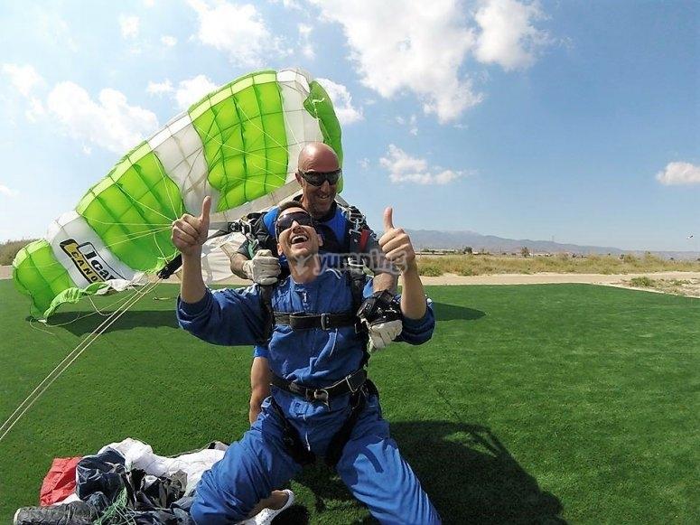 Aterrizaje despues de saltar en paracadidas en Totana