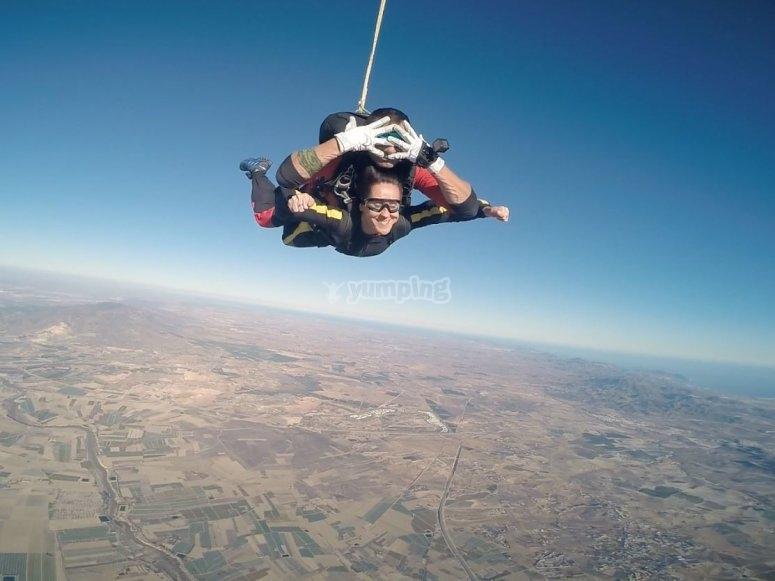 Instructor de paracaidismo descendiendo en tandem