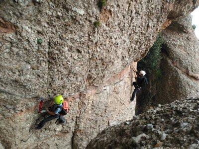 在Macizo de Montserrat登山和高级速降