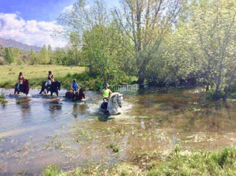 Attraversamento del fiume a cavallo