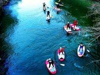 在河里划桨冲浪