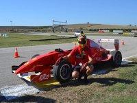 Posando con el casco y el Fórmula