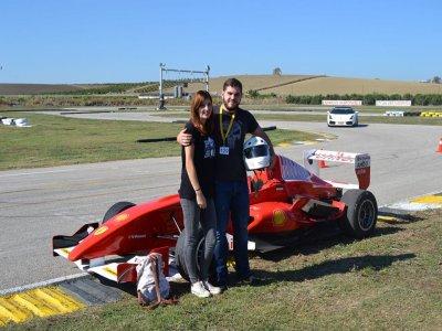 Conducir un fórmula + 11km ruta en Ferrari Calafat