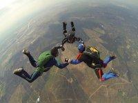 trio de saltadores paracaidismo