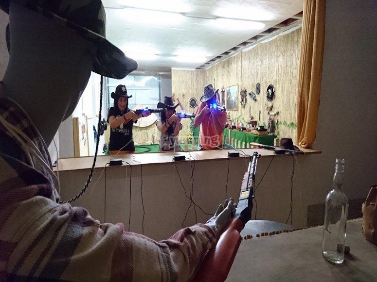 En la cantina del oeste jugando a laser tag