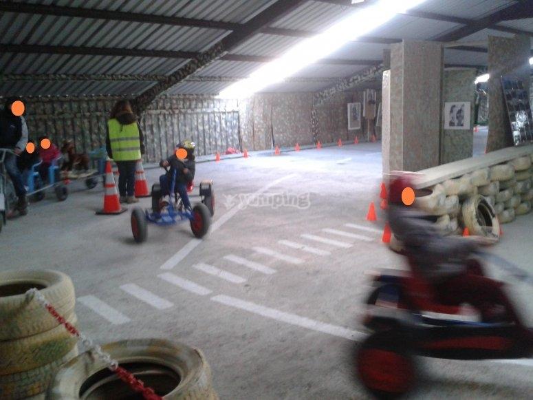Carrera de karts a pedales para niños