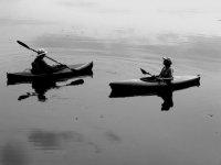 dos personas disfrutando de un paseo en kayak
