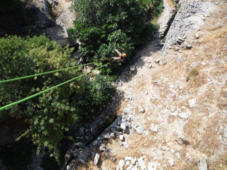 Suspendido en el aire tras el salto