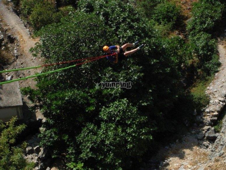 Volando en el salto de puenting